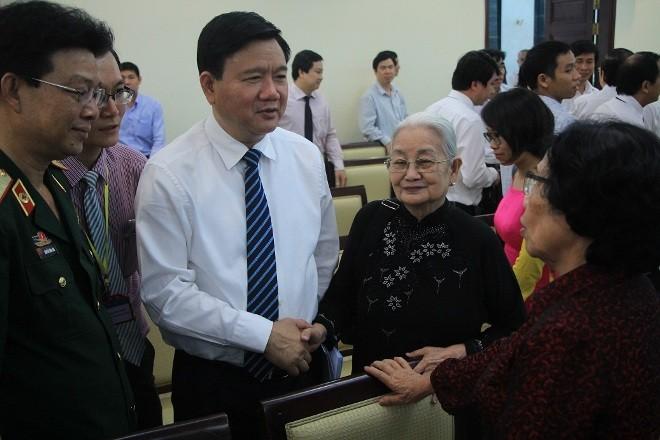 Bí thư Thành ủy TPHCM Đinh La Thăng trao đổi cùng bác sĩ Nguyễn Thị Ngọc Phượng (bìa phải)