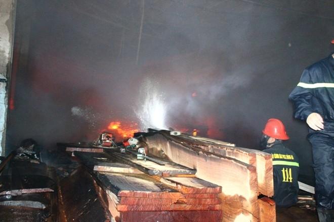 Cháy trong đêm thiêu rụi xưởng gỗ