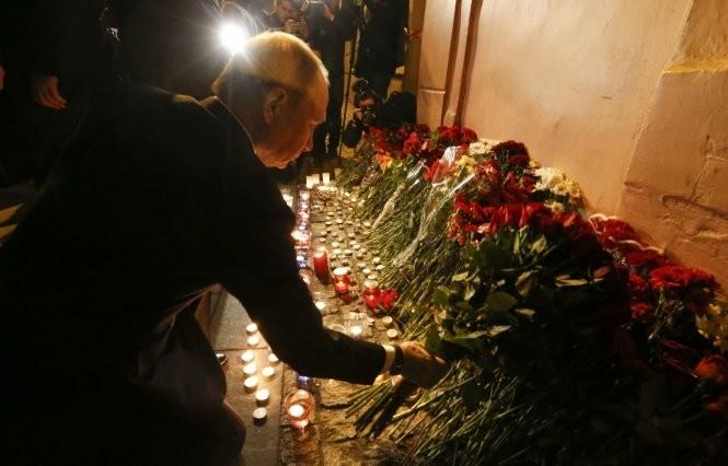 Tổng thống Nga Vladimir Putin đặt hoa tưởng niệm các nạn nhân ở St. Petersburg - Ảnh: Reuters