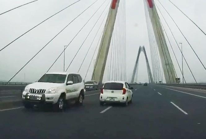 Xe biển xanh 31A-7284 một trong 5 xe đi ngược chiều trên cầu Nhật Tân ngày 6/4. Ảnh cắt từ clip.