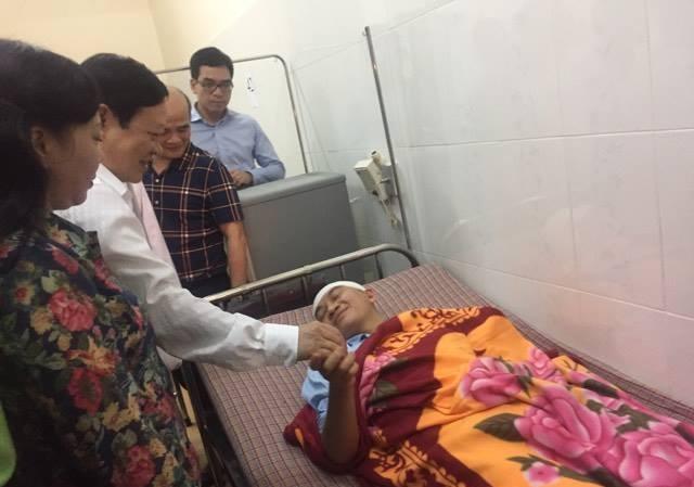 Bộ trưởng Bộ Y tế thăm bác sĩ bị hành hung