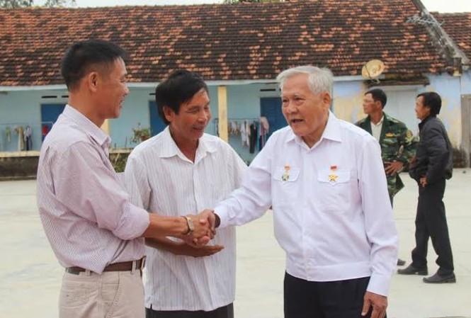 Anh hùng LLVTND Hồ Đắc Thạnh – người thuyền trưởng lừng danh của Đoàn tàu Không số Vũng Rô thăm hỏi các cựu binh Trường Sa.