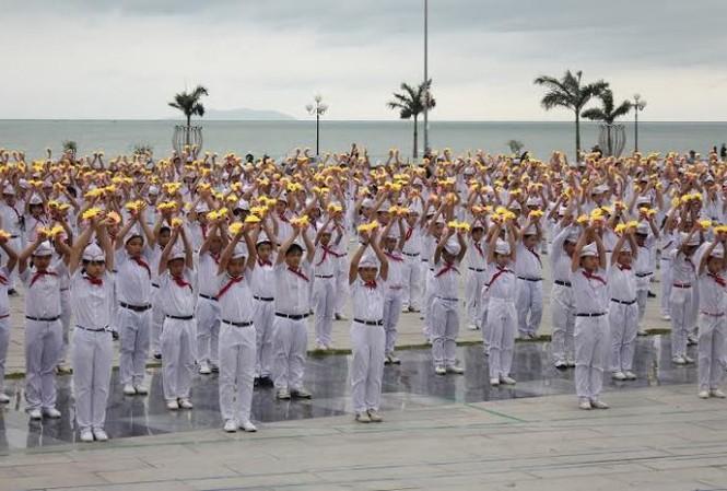 Đoàn viên thanh niên, đội viên trang nghiêm trong Lễ chào cờ.