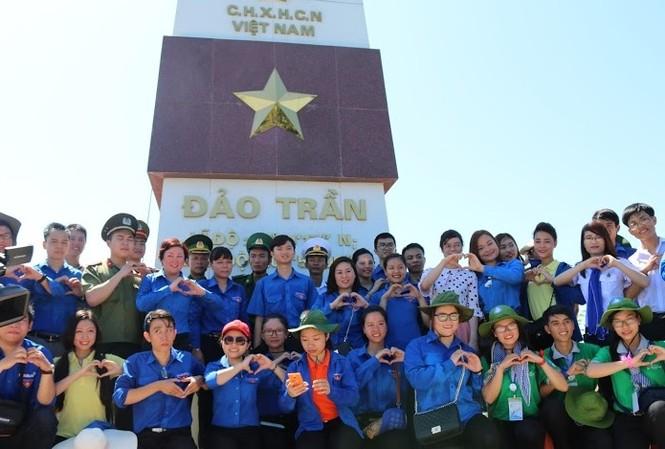 Sinh viên ưu tú chụp ảnh lưu niệm tại cột cờ Đảo Trần.