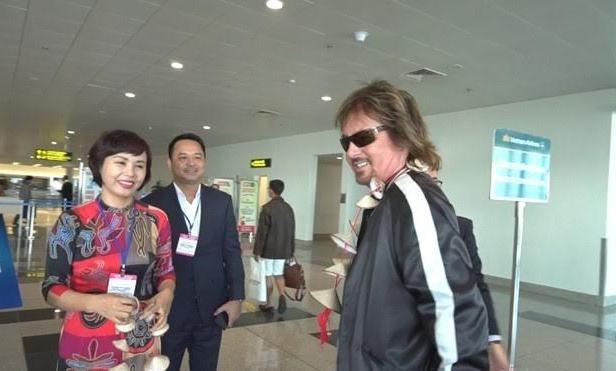 Danh ca Chris Norman đến sân bay Nội Bài