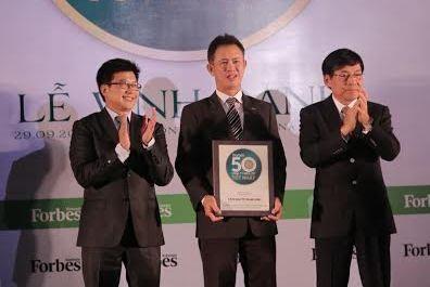 Đại diện Long Nam nhận top 50 Công ty niêm yết tốt nhất Việt Nam.