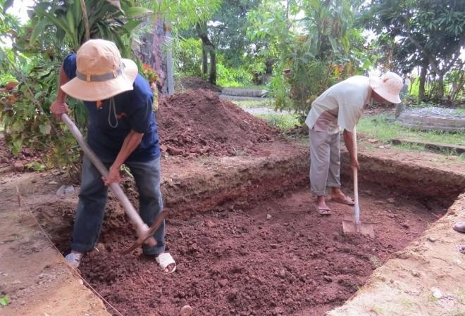 Trong ngày đầu tiên tiến hành khảo cổ học gò Dương Xuân, đoàn khảo cổ đã đào 3 hố trong tổng số 5 hố mà Bộ Văn hóa, Thể thao và Du lịch cho phép, gồm: 2 hố trong khuôn viên chùa Vạn Phước, 1 hố tại nhà ông Nguyễn Hữu Ánh, mỗi hố rộng khoảng 4m2.