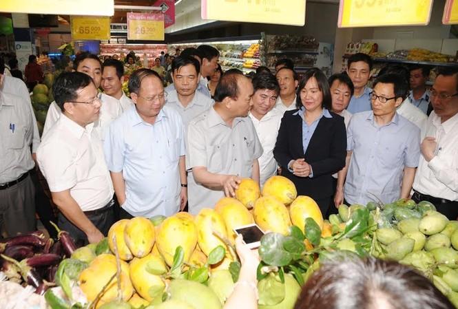 Thủ tướng Nguyễn Xuân Phúc thị sát tại siêu thị Co.opmart Lý Thường Kiệt.