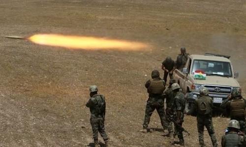 Lực lượng vũ trang người Kurd phóng rocket về phía IS ở mạn đông nam Mosul. Ảnh: Reuters