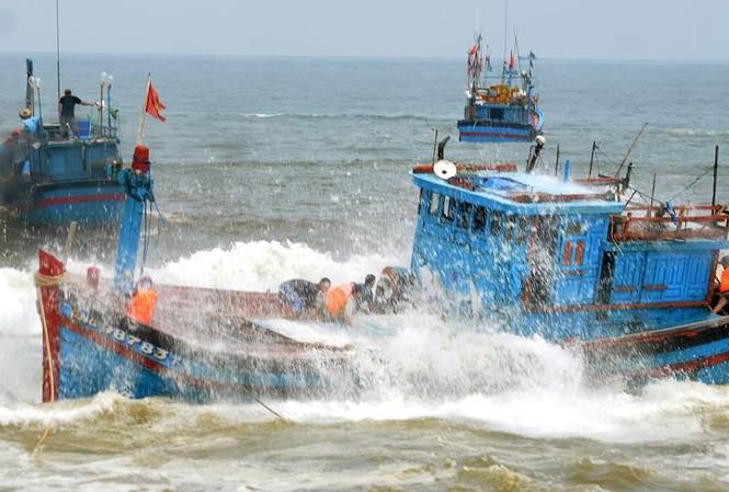 Tàu đang bị sóng bủa vây.