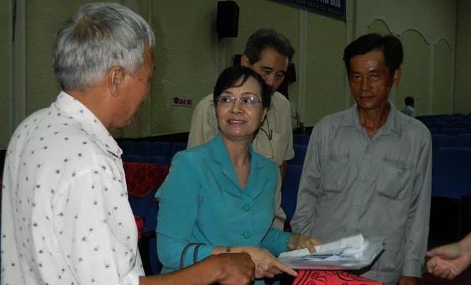 Chủ tịch HĐND TPHCM Nguyễn Thị Quyết Tâm tiếp nhận đơn khiếu nại của cử tri.