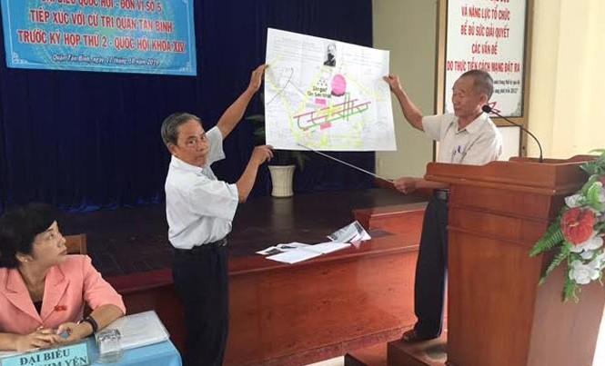 Ông Sang (bên phải) đang trình bày ý kiến bức xúc về sân goft trong sân bay Tân Sơn Nhất tại buổi tiếp xúc cử tri quận Tân Bình của Đoàn ĐBQH TPHCM sáng 11/10. Ảnh: Quốc Ngọc