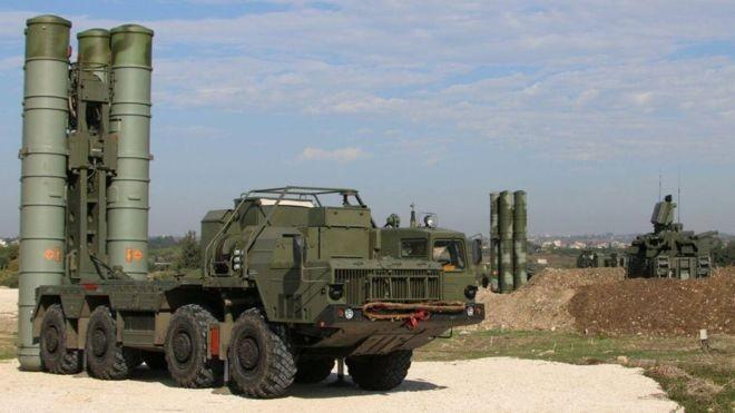 Hệ thống tên lửa phòng không S-400 Triumph.
