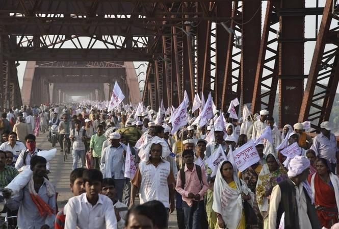 Dòng người đông đúc đổ về lễ hội của Hindu giáo.