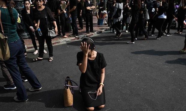 Người dân Thái Lan mặc đồ đen đứng bên ngoài Cung điện Hoàng gia ở Bangkok để tiễn biệt nhà vua.