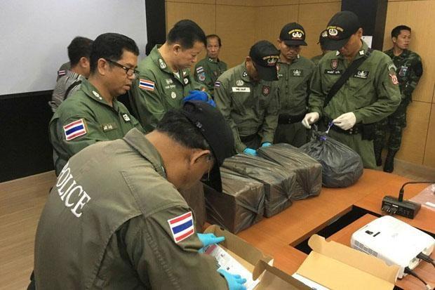 Cảnh sát đồn Bang Sao Thong kiểm tra những hộp tang vật thu tại phòng trọ của kẻ tình nghi.