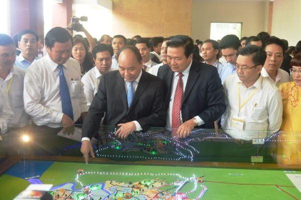 Thủ tướng Nguyễn Xuân Phúc kiểm tra các dự án quy hoạch của tỉnh Long An.