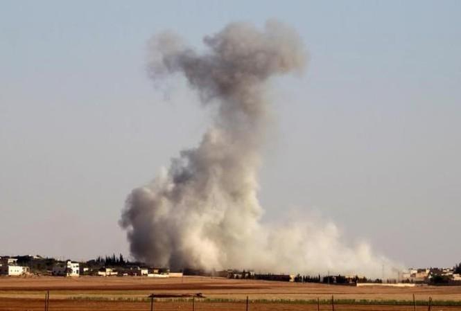 Cột khói bốc lên từ ngôi làng Guzhe, phía bắc Aleppo, Syria sau cuộc không kích vào ngày 17/10.