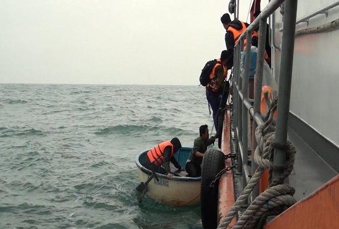 Đưa các nhà khoa học bị nạn lên tàu cứu hộ trên biển