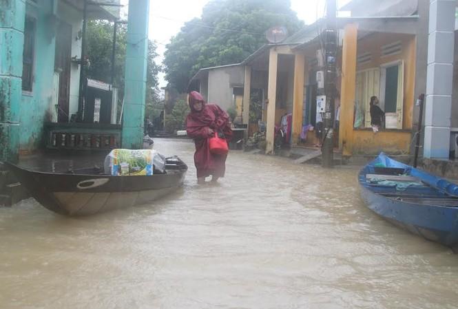 Người dân Quảng Nam chạy đua với nước lũ. Ảnh H. Văn