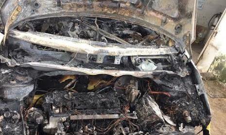 Đậu ven đường tránh lũ, taxi bất ngờ bốc cháy nghi ngút