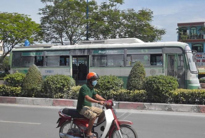 Chiếc xe buýt đang lưu thông bất ngờ bùng cháy.