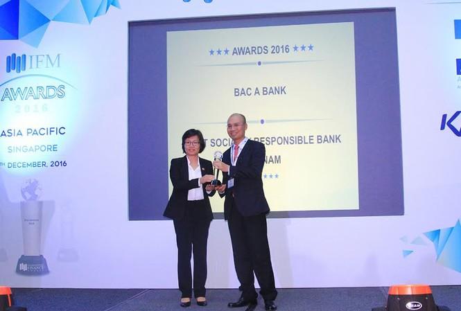 Bà Nguyễn Thị Thu Minh - Tham tán Đầu tư Đại sứ quán Việt Nam tại Singapore, thay mặt BTC trao Cúp và chứng nhận cho ông Chu Nguyên Bình - Phó Tổng Giám đốc BAC A BANK.