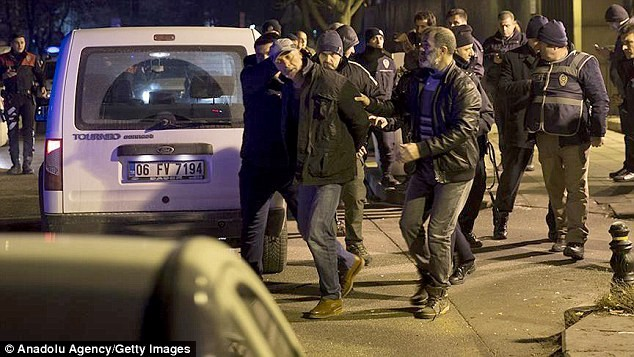 Tay súng bị bắt khi cố đột nhập vào Đại sứ quán Mỹ ở Thổ Nhĩ Kỳ. Ảnh: Anadolu Agency