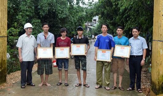 Hội Liên hiệp thanh niên Việt Nam tỉnh Phú Yên tặng giấy khen cho 7 thanh niên đã có hành động dũng cảm cứu người trong thiên tai.