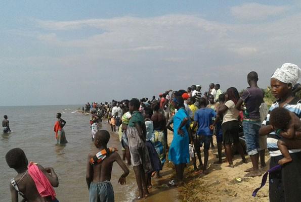 Người dân tập trung quanh hồ Albert thể theo dõi công tác cứu hộ tàu chở đội bóng bị lật. Ảnh: Twitter