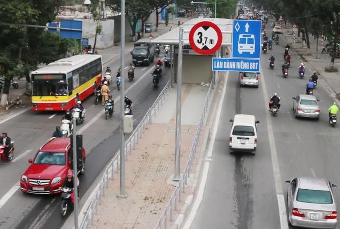 Dựng biển báo cấm đường nhưng giao thông trên các tuyến phố có buýt BRT đang diễn ra ngược lại. Ảnh chụp tại phố Láng Hạ sáng 26/12.