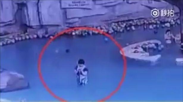 Đứa bé suýt chết đuối dù mẹ chỉ đứng cách đó vài mét.