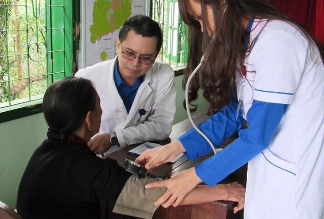 Khám bệnh, cấp thuốc miễn phí cho người nghèo vùng cao.