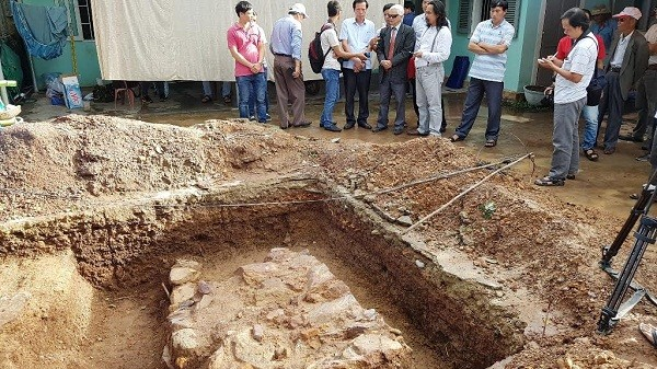 Khảo cổ thăm dò dấu tích lăng mộ vua Quang Trung tại gò Dương Xuân (phường Trường An, Huế) thời điểm đầu tháng 10/2016.