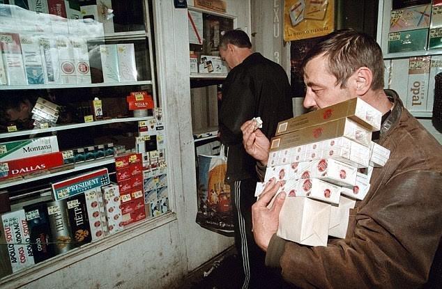 Thuốc lá nhập ngoại tràn lan tại Nga gây tổn hại cho nền kinh tế Nga (Ảnh: Daily Mail)