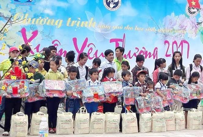 Ban tổ chức tặng quà cho các học sinh có hoàn cảnh khó khăn, mồ côi
