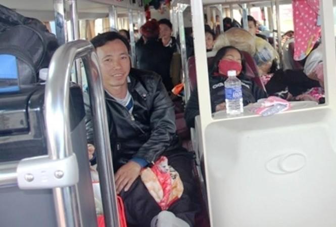 Hành khách phải khổ sở ngồi trên lối đi của chiếc xe giường nằm quá tải, trên chặng hành trình dài hơn 1.000km để vào TPHCM. Ảnh: T.B