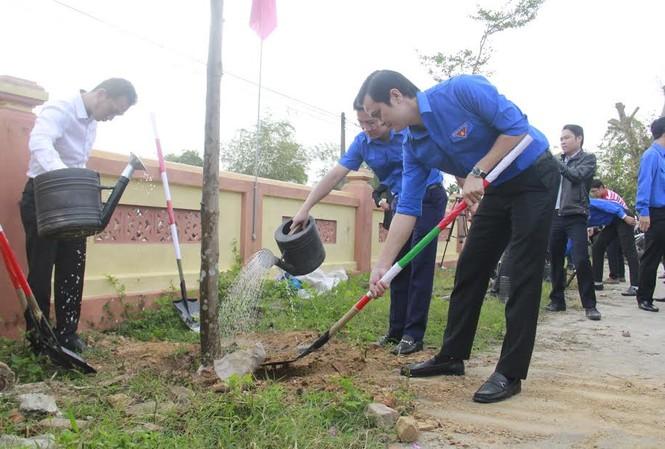 Bí thư Trung ương Đoàn Bùi Quang Huy (bìa phải) cùng trồng cây với ĐVTN Đà Nẵng.  Ảnh: Thanh Trần.
