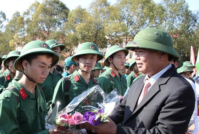 Lãnh đạo tỉnh tặng hoa thanh niên nhập ngũ