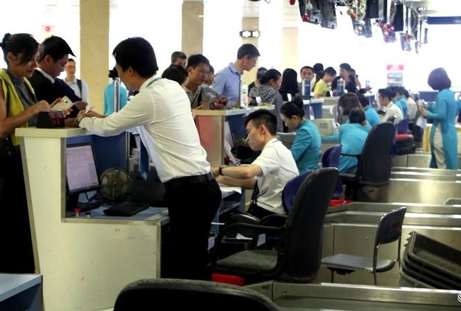 Hành khách làm thủ tục check-in tại sân bay Tân Sơn Nhất dịp Tết vừa qua.