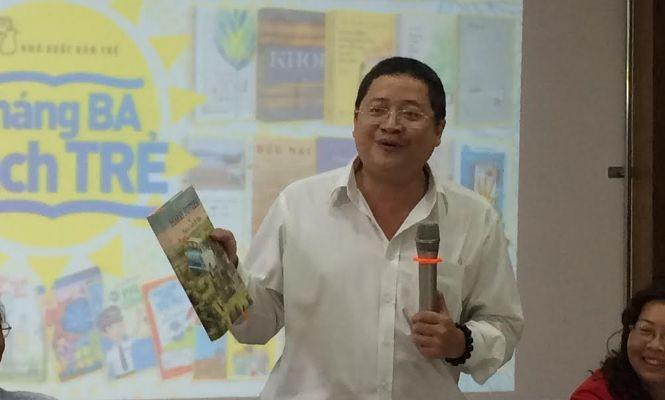 Ông Nguyễn Minh Nhựt đang trao đổi về lỗi của cuốn Harry Potter và phòng chứa bí mật