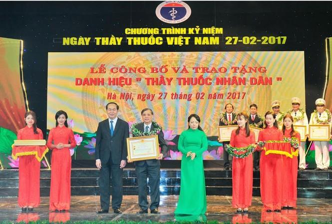 Chủ tịch nước Trần Đại Quang trao danh hiệu Thầy thuốc nhân dân cho dược sĩ chuyên khoa 1 Lê Hồng Phúc