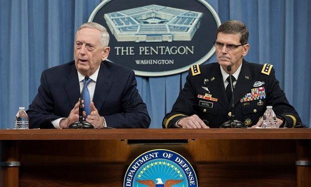 James Mattis, bên trái, nhiều lần phủ nhận việc lật đổ Assad. Ảnh: EPA