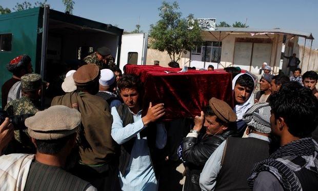 Thân nhân mang quan tài của một trong những nạn nhân thiệt mạng trong vụ tấn công vào căn cứ quân sự ở Mazar-i-Sharif. Ảnh: Reuters