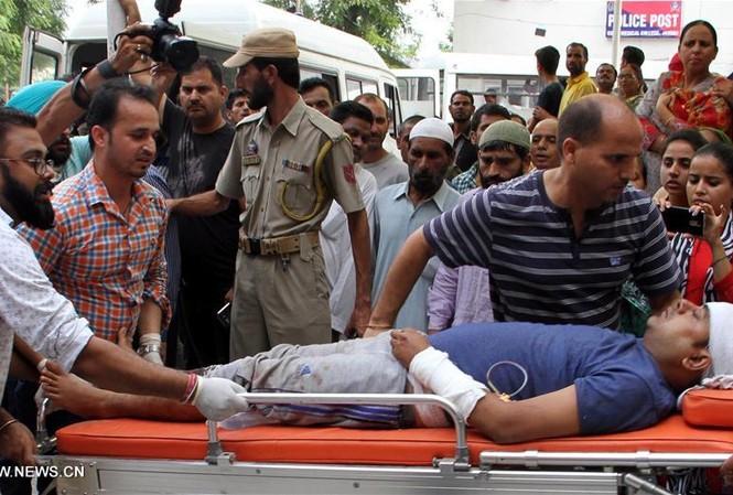 Người bị thương trong vụ tai nạn xe buýt được chuyển đến bệnh viện. Ảnh: Tân Hoa Xã