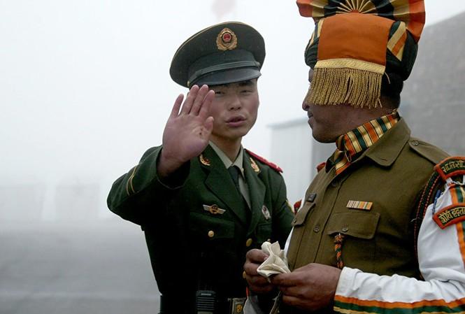 Binh sĩ Trung Quốc (đưa tay) và binh sĩ Ấn Độ tại biên giới hai nước. Ảnh: AFP