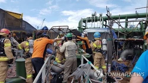 Đội cứu hộ làm việc tại hiện trường vụ nổ. Ảnh: Yonhap