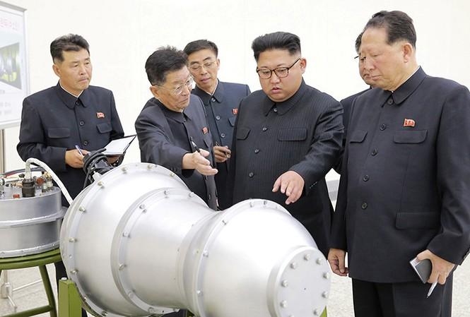 Lãnh đạo Triều Tiên Kim Jong-un giám sát vụ thử bom hydro ngày 3/9. Ảnh: KCNA