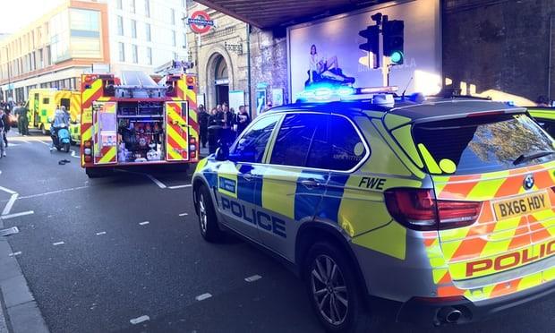Xe cảnh sát và xe cứu thương tập trung bên ngoài ga điện ngầm Parsons Greean. Ảnh: PA