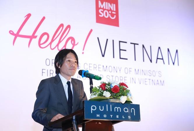Ông Miyake Jyunya trả lời các nhà báo về xuất xứ của thương hiệu- thực chất là Nhật Bản hay Trung Quốc.